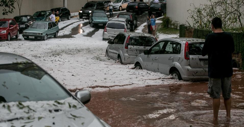 18.mai.2014 - Forte chuva de granizo deixa branca a rua João Simões de Souza, na região sul da cidade de São Paulo, na tarde deste domingo (18)