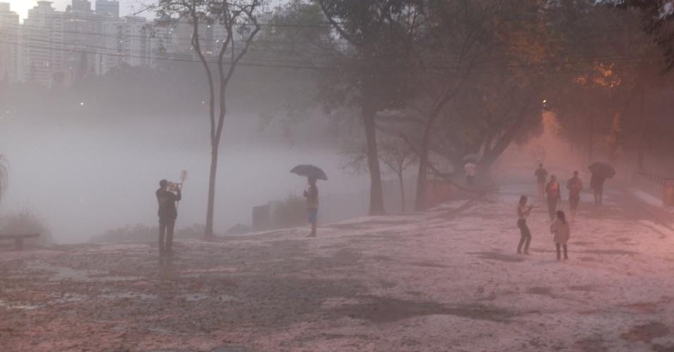 18.mai.2014 - O parque da Aclimação, região central de São Paulo, ficou coberto por gelo, após as fortes pancadas de chuva que atingiram a região neste domingo. Vários pontos da região metropolitana tiveram registro de granizo, como no Butantã, Morumbi e Consolação