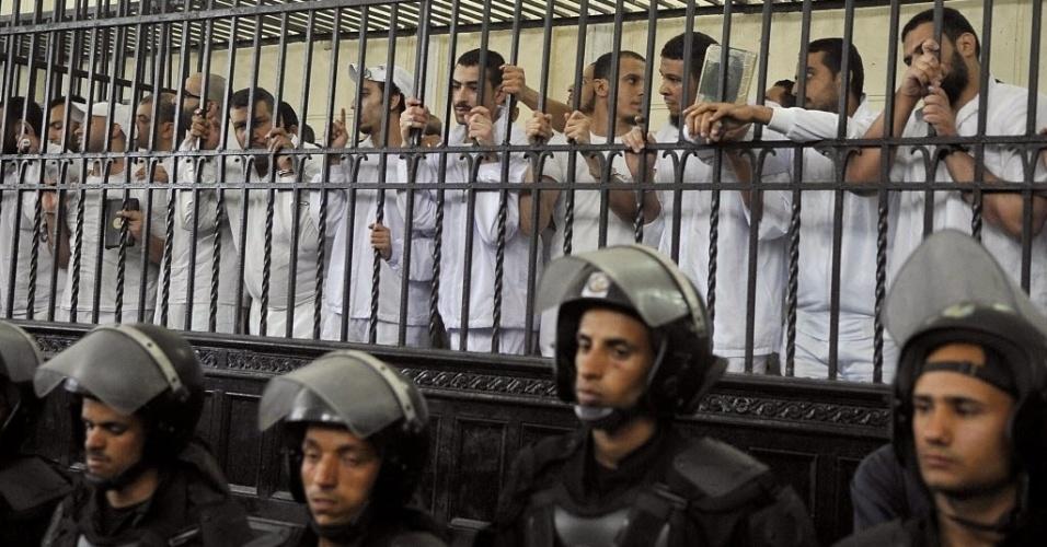 19.mai.2014 - Egípcios assistem a julgamento sob a acusação de violência seguida de morte no bairro de Sidi Gaber, na cidade portuária de Alexandria, no Egito, dois dias após o Exército derrubar o presidente islâmico Mohamed Mursi, em julho passado. Um tribunal egípcio sentenciou 126 apoiadores da Irmandade Muçulmana a 10 anos de prisão cada no domingo (18). As acusações contra o grupo incluíram participação em grupo terrorista