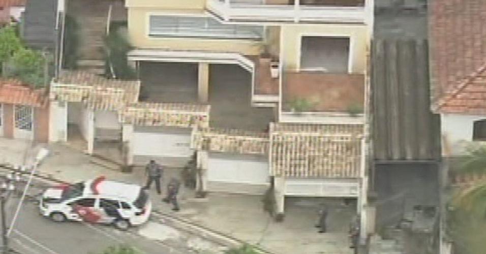 19.mai.2014 - Uma família é mantida refém em uma residência no bairro do Tremembé, na zona norte de São Paulo. Policiais estão no local