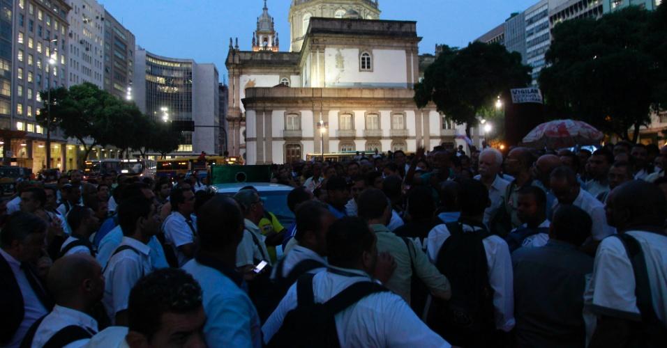 20.mai.2014 - Rodoviários do Rio de Janeiro se reuniram em assembleia na região da Candelária, no centro da capital fluminense, nesta terça-feira (20), onde decidiram não entrar em greve nem fazer operação