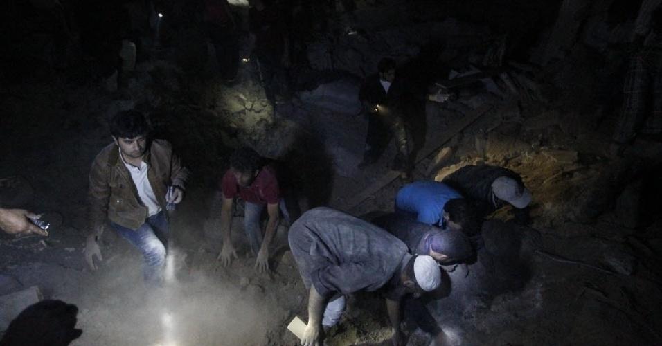 20.mai.2014 - Voluntários prcuram por sobreviventes sob os escombros de uma casa, na cidade de Mareh, norte de Aleppo, atingida por um míssil Scud de forças leais ao ditador da Síria, Bashar al-Assad
