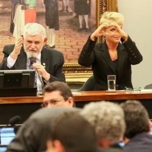 21.mai.2014 - A apresentadora de TV Xuxa Meneghel respondeu com um gesto de coração feito com as mãos à crítica de deputado