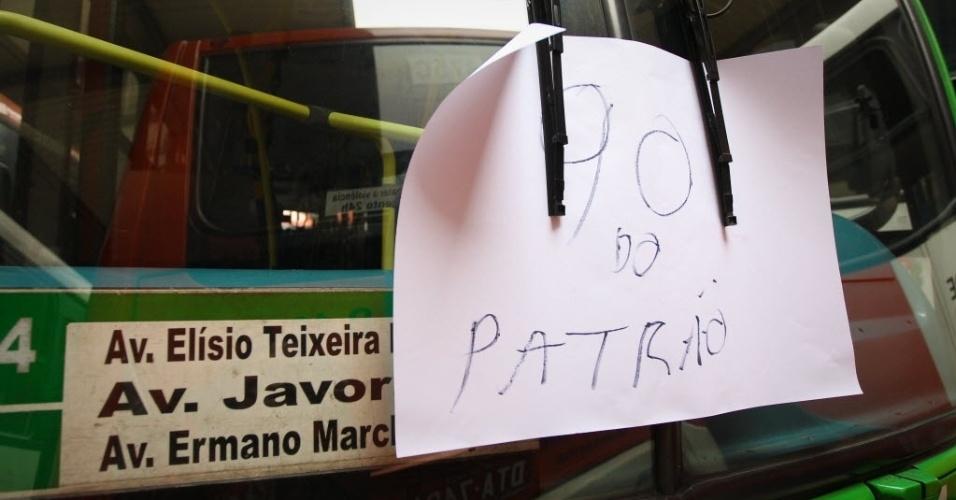 21.mai.2014 - Motoristas e cobradores realizam protesto e fecham o terminal Lapa, na zona oeste de São Paulo, na manhã desta quarta-feira (21). Em mais um dia de protesto por reajuste salarial e melhores condições de trabalho, motoristas e cobradores de ônibus de cinco empresas que operam em São Paulo resolveram manter os veículos nas garagens