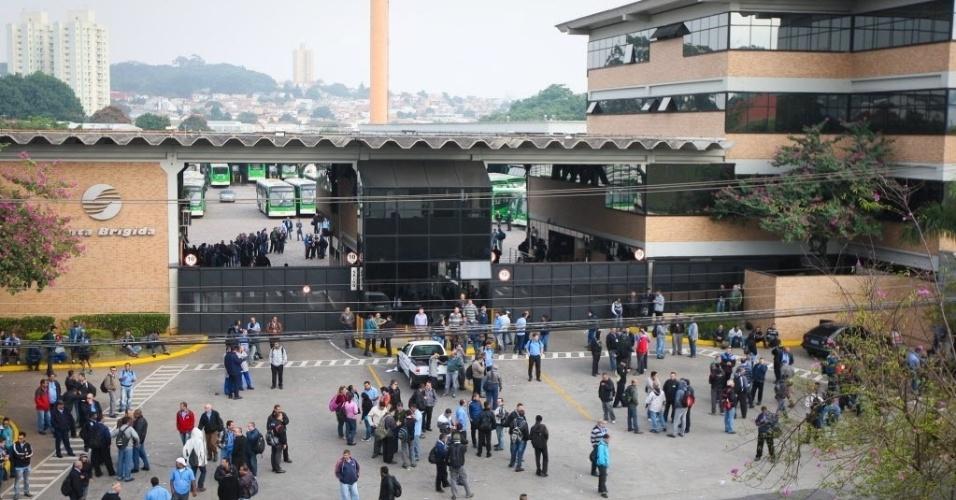 21.mai.2014 - Motoristas ficam parados em frente a garagem da viação Santa Brigida, na zona oeste de São Paulo. O presidente do Sindmotoristas (Sindicato dos Motoristas e Trabalhadores em Transporte Rodoviário Urbano), José Valdevan, conhecido como Noventa, estima que cerca de 1.200 ônibus (8% da frota total da cidade) estejam parados nesta manhã