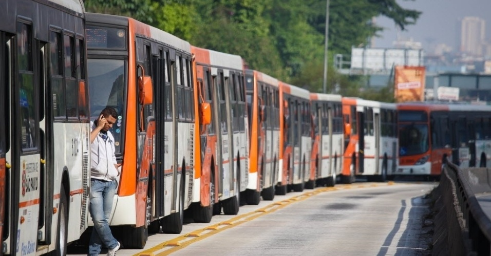 21.mai.2014 - Ônibus ficam estacionados na esquina das avenidas Brigadeiro Faria Lima e Rebouças, na zona oeste de São Paulo. O secretário municipal dos Transportes de São Paulo, Jilmar Tatto, afirmou nesta quarta-feira (21) que o rodízio de veículos está suspenso