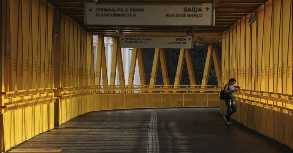 21.mai.2014 - Passageira aguarda em rampa do terminal Parque Dom Pedro 2º, no centro de São Paulo, que funcionou parcialmente nesta quarta-feira (21), durante o segundo dia da grave de parte dos motoristas e cobradores da cidade. A categoria afirma que optou por estacionar os ônibus nas ruas para evitar retaliações do próprio sindicato e das empresas. O Sindimotoristas, que representa a categoria, havia ordenado que os veículos deixassem as garagens e circulassem normalmente