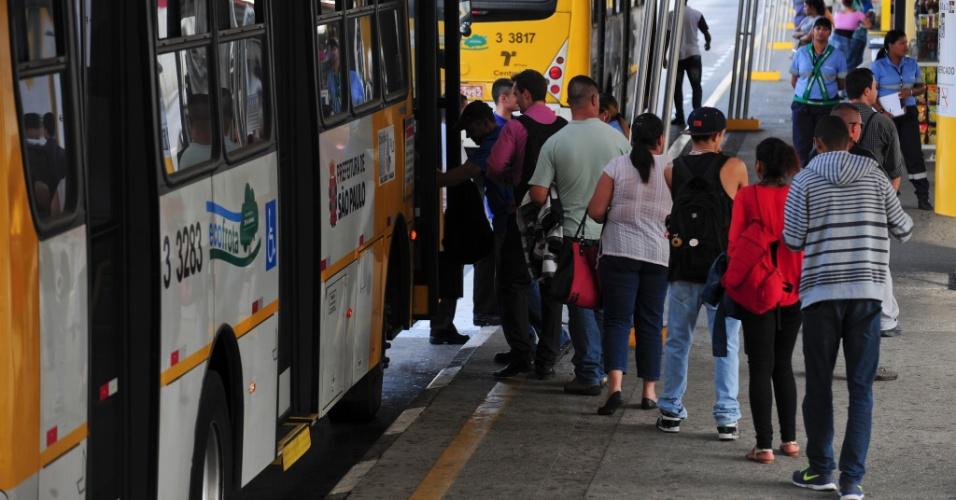 21.mai.2014 - Passageiros embarcam em ônibus no terminal Parque Dom Pedro 2º, no centro de São Paulo, que funciona parcialmente nesta quarta-feira (21), durante o segundo dia da grave de parte dos motoristas e cobradores da cidade. A categoria afirma que optou por estacionar os ônibus nas ruas para evitar retaliações do próprio sindicato e das empresas. O Sindimotoristas, que representa a categoria, havia ordenado que os veículos deixassem as garagens e circulassem normalmente