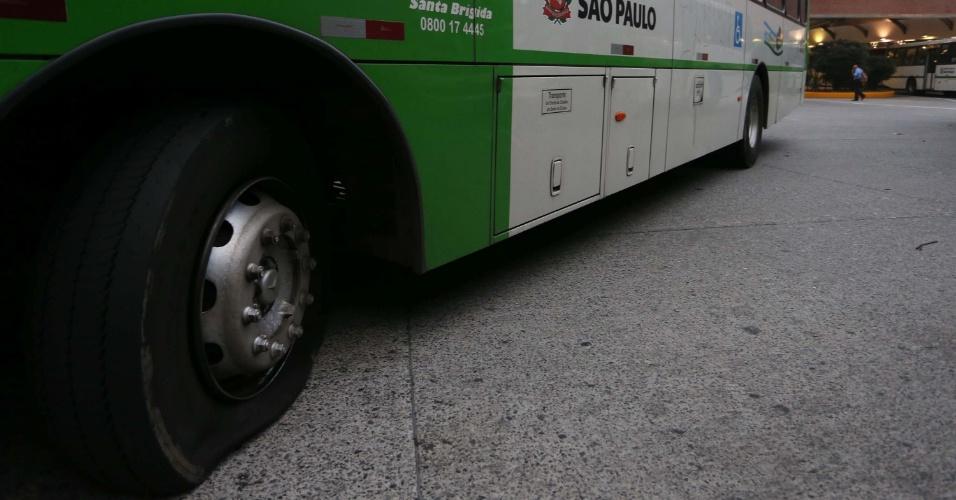 21.mai.2014 - Pneu de ônibus é esvaziado durante protesto de motoristas e cobradores no Terminal Lapa, na zona oeste de São Paulo, na manhã desta quarta-feira (21). Em mais um dia de protesto por reajuste salarial e melhores condições de trabalho, motoristas e cobradores de ônibus de cinco empresas que operam em São Paulo resolveram manter os veículos nas garagens