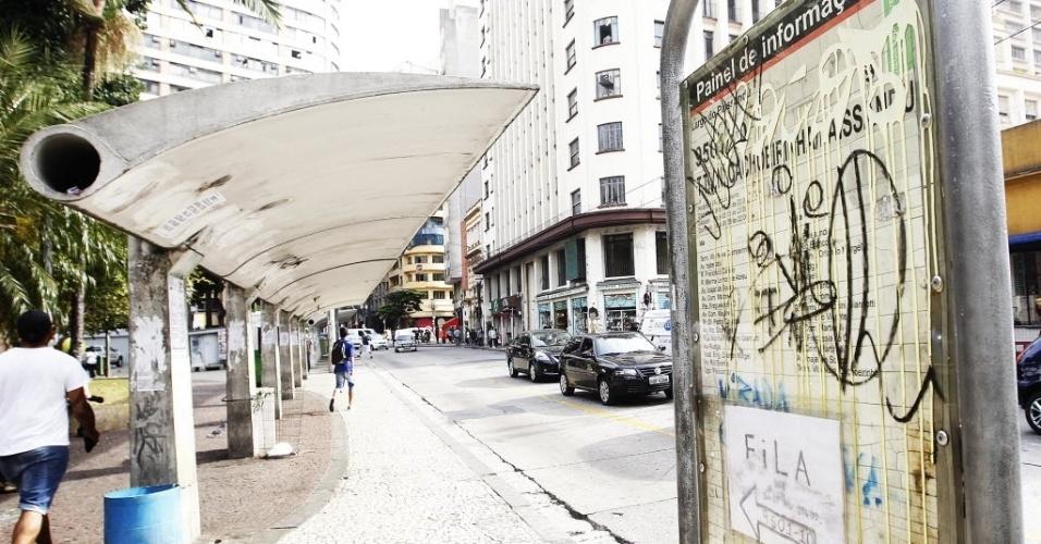 21.mai.2014 - Pontos de ônibus do largo do Paissandu ficam vazios por conta da greve dos rodoviários. Os motoristas e cobradores de ônibus que fazem uma paralisação na cidade de São Paulo liberaram, na tarde desta quarta-feira (21), seis terminais que estavam bloqueados com piquetes desde a manhã. Foram liberados os terminais Parque Dom Pedro 2º (centro), Capelinha, Guarapiranga, Grajaú (zona sul), A.E. Carvalho e Aricanduva (zona leste)