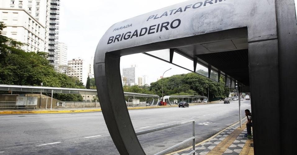 21.mai.2014 - Pontos de ônibus fica vazio na avenida Brigadeiro Luís Antônio, no centro de São Paulo, durante a paralisação dos rodoviários. Os motoristas afirmam que optaram por parar os ônibus nas ruas para evitar retaliações do próprio sindicato e das empresas