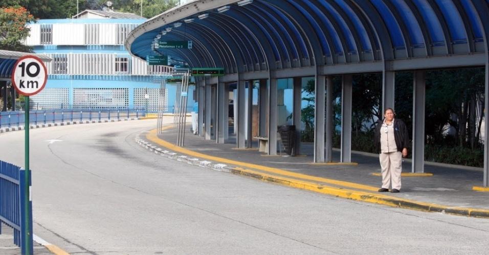 21.mai.2014 - Terminal da Vila Nova Cachoerinha, na zona norte de São Paulo, fica vazio por conta da paralisação de motoristas e cobradores nesta quarta-feira (21). O presidente do Sindmotoristas (Sindicato dos Motoristas e Trabalhadores em Transporte Rodoviário Urbano), José Valdevan, conhecido como Noventa, estima que cerca de 1.200 ônibus (8% da frota total da cidade) estejam parados nesta manhã