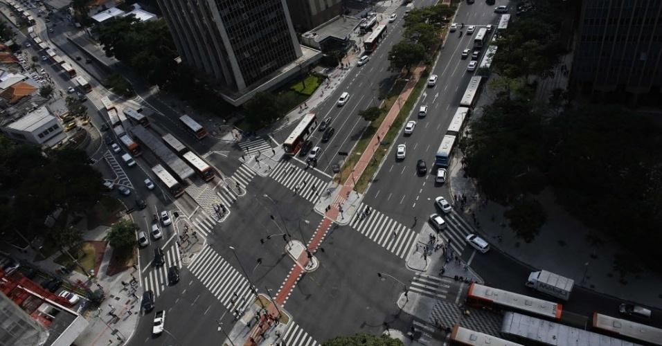 21.mai.2014 - Vista aérea mostra ônibus estacionados na esquina das avenidas Brigadeiro Faria Lima e Rebouças, na zona oeste de São Paulo. O secretário municipal dos Transportes de São Paulo, Jilmar Tatto, afirmou nesta quarta-feira (21) que o rodízio de veículos está suspenso
