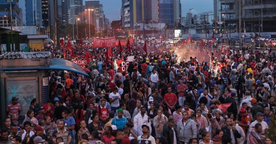 22.mai.2014 - Integrantes do MTST (Movimentos dos Trabalhadores Sem Teto) fazem protesto no largo da Batata, em Pinheiros, zona oeste da capital paulista, nesta quinta-feira (22). O ato tem como objetivo