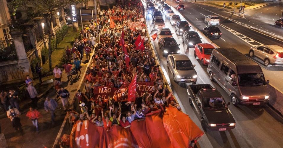22.mai.2014 - Integrantes do MTST (Movimentos dos Trabalhadores Sem Teto) passam pela ponte Cidade Jardim em direção à marginal Pinheiros, no Itaim Bibi, na zona oeste de São Paulo, durante protesto contra a Copa do Mundo e outras questões, no início da noite desta quinta-feira (22), em Pinheiros, zona oeste de São Paulo