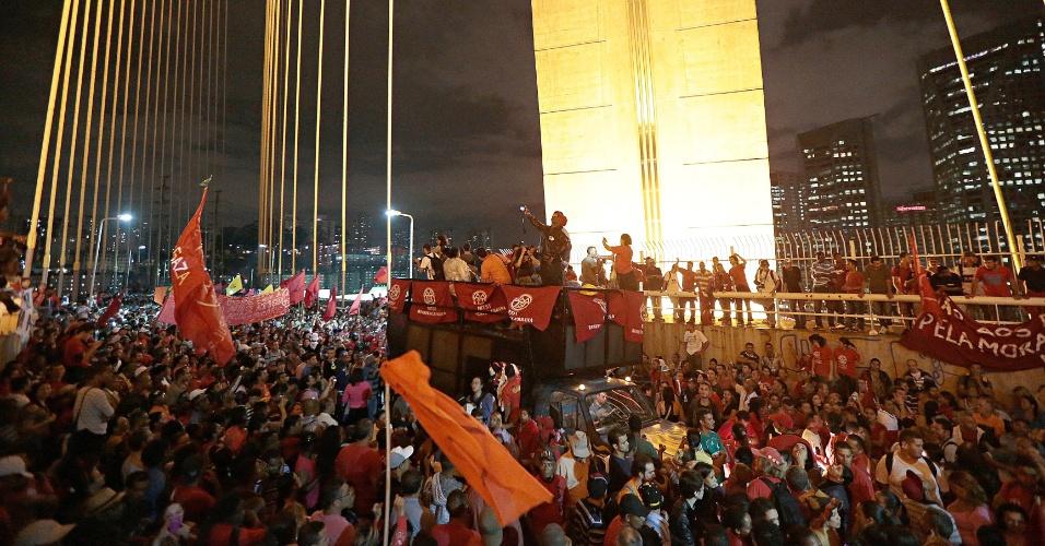 22.mai.2014 - Integrantes do MTST (Movimentos dos Trabalhadores Sem Teto) que fazem protesto contra a Copa do Mundo chegaram à ponte Octavio Frias de Oliveira, conhecida como ponte estaiada, na região do Brooklin, na zona sul de São Paulo, na noite desta quinta-feira (22)