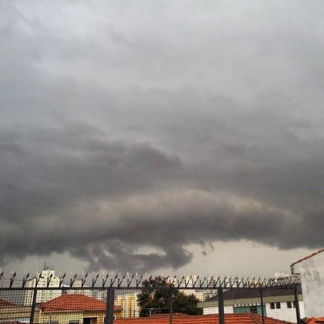 22.mai.2014 - Internauta postou no Instagram foto de nuvens carregadas sobre a cidade de São Paulo, nesta quinta-feira (22)