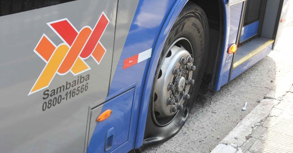 22.mai.2014 - Ônibus tem pneu furado no Terminal Cachoeirinha, em São Paulo, na manhã desta quinta-feira (22). Segundo motoristas que atuam no local, cerca de oito ônibus tiveram os pneus esvaziados por pessoas que não trabalham no terminal