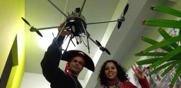 Johann Melchior (à esq.) e Christiane Maciel foram de Manaus a Curitiba para participar da primeira assembleia do Partido Pirata e defender ideias como o compartilhamento e a permacultura