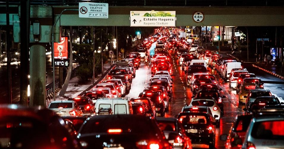 23.mai.2014 - Motoristas enfrentam trânsito intenso na Radial Leste, na zona leste de São Paulo, na noite desta sexta-feira (23). A capital paulista tinha 175 km de congestionamentos por volta das 20h50. Mais cedo, às 19h, a cidade atingiu recorde histórico de engarrafamento: a CET (Companhia de Engenharia de Tráfego) registrou 338 km de vias congestionadas