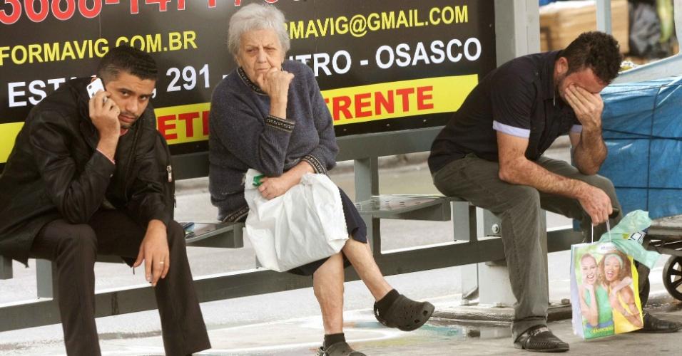23.mai.2014 - Passageiros esperam por condução no terminal do Largo de Osasco, centro da cidade, na manhã desta sexta-feira(23). Os motoristas de ônibus decidiram continuar a paralisação iniciada ontem, em assembleia que tem como sua principal reivindicação reajuste salarial igual ao dos trabalhadores de São Paulo. Os trabalhadores acharam o reajuste de 8% insuficiente