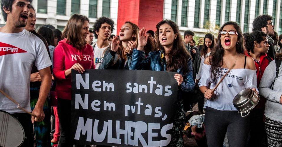24.mai.2014 - Com faixas e cartazes, manifestantes pedem respeito às mulheres no vão livre do Masp (Museu de Arte de São Paulo), na avenida Paulista, neste sábado (24), na 4° Marcha das Vadias. Com o lema