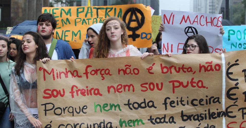 24.mai.2014 - Manifestantes caminham, na avenida Paulista, durante a 4ª Marcha das Vadias em São Paulo, neste sábado (24), na região central da capital. O lema do ato é: