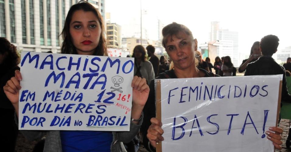 24.mai.2014 - Manifestantes se concentram no vão livre do Masp (Museu de Arte de São Paulo), na avenida Paulista, neste sábado (24), para a 4° Marcha das Vadias. Com o lema