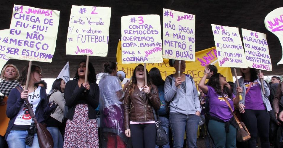 24.mai.2014 - Manifestantes se concentraram no vão livre do Masp (Museu de Arte de São Paulo), na avenida Paulista, neste sábado (24), para a 4° Marcha das Vadias. Com o lema