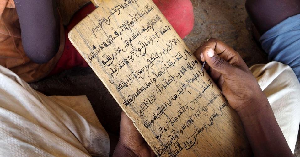24.mai.2014 - Aluno lê versos do Alcorão na escola islâmica Almajiri, em Maiduguri, Nigéria