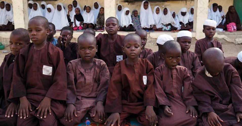 24.mai.2014 - Meninos e meninas rezam em escola islâmica em Maiduguri, na Nigéria