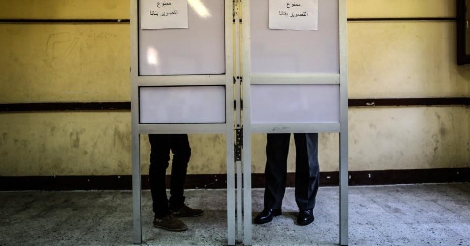 26.mai.2014 - Egípcios votam em sessão eleitoral no Cairo durante eleições presidenciais. Votam nesta segunda e terça-feira 53 milhões de eleitores. Seus resultados serão anunciados no dia 5 de junho e, posteriormente, serão convocadas eleições legislativas