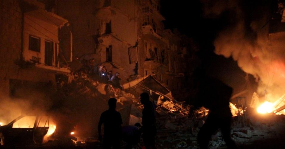26.mai.2014 - Equipes de emergência tentam controlar chamas após um ataque com bombas sobre a cidade síria de Aleppo, nesta segunda-feira (26). Aleppo, outrora centro econômico da Síria, é hoje uma cidade dividida entre rebeldes e forças do regime e alvo constante de ataques a bomba