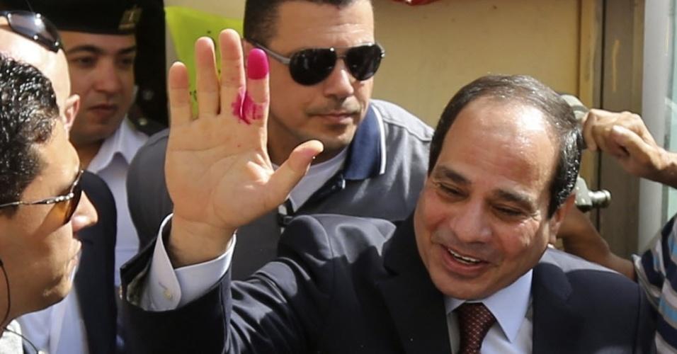 26.mai.2014 - O ex-chefe do exército e candidato à presidência do Egito, Abdel Fattah al-Sisi, gesticula após depositar seu voto em urna durante eleições presidenciais no Egito. Todas as pesquisas apontam Sisi, que derrubou e prendeu o ex-presidente islamita Mohamed Mursi, como vencedor absoluto