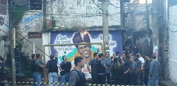 Policiais demarcam o perímetro da reconstituição da morte do dançarino DG, em uma área conhecida como quadra do Pavãozinho