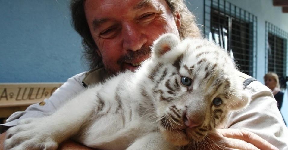 26.mai.2014 - Um filhote de tigres-de-bengala brancos espia a câmera ao ser fotografado nesta segunda-feira (26). Ele é um dos cinco filhotes que nasceram no dia 25 de abril no White Zoo, em Kernhof, na Áustria, dois anos após a sua mãe dar à luz quatro filhotes