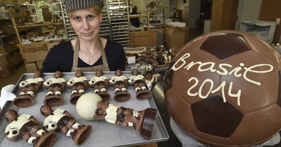 27.mai.2014 - A doceira Katja Schumann, de Hornow, na Alemanha, mostra os chocolates que preparou inspirados na Copa do Mundo que começa no próximo dia 12 de junho