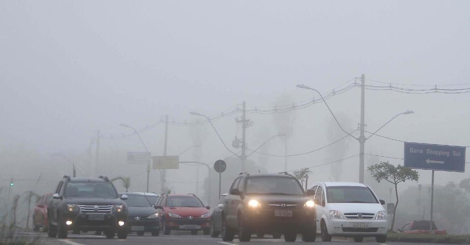 27.mai.2014 - Carros trafegam sob forte neblina próximo ao Barra Shopping Sul, em Porto Alegre. O dia amanheceu frio na capital gaúcha, com os termômetros marcando 9°C