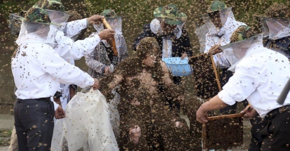 27.mai.2014 - Gao Bingguo cobre o corpo de abelhas para tentar estabelecer um novo recorde mundial em Taian, na China. Segundo a imprensa local, Gao estabeleceu um novo recorde mantendo 326 mil abelhas em seu corpo