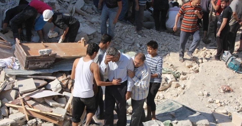 27.mai.2014 - Homem chora enquanto voluntários e equipes de resgate buscam por sobrevientes em uma casa destruida por um ataque aéreo no bairro al-Maghayer al-Qadima, em Aleppo, na Síria