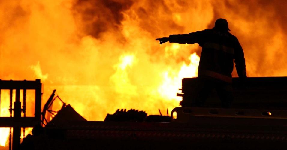 27.mai.2014 - Um incêndio de grandes proporções atingiu uma madeireira em Cidade Ademar, na zona sul de São Paulo, na madrugada desta terça-feira (27). Pelo menos dez equipes do Corpo de Bombeiros foram enviadas para combater as chamas. A região foi isolada, e moradores de residências próximas tiveram de deixar os imóveis