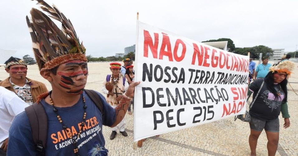 27.mai.2014 - Índios de diferentes etnias protestaram nesta terça-feira (27) em frente ao Palácio do Planalto, em Brasília. Os indígenas querem que a PEC (Proposta de Emenda Constitucional) 215, que muda as regras de demarcação de terras, não seja aprovada
