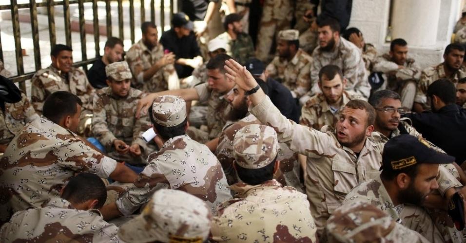 27.mai.2014 - Integrantes das forças de segurança palestinas leais ao grupo Hamas protestaram nesta terça-feira (27), na sede do parlamento palestino, em Gaza, por empregos permanentes