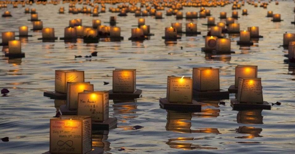 27.mai.2014 - Lanternas flutuam em Honolulu, no Havaí. As lanternas foram lançadas por budistas para honrar as vítimas da guerra, da fome e de desastres naturais no Memorial Day, celebrado nos Estados Unidos