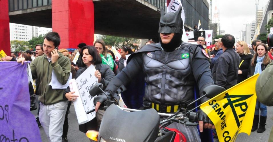 27.mai.2014 - Manifestante fantasiado da Batman participa de passeata de professores da rede municipal de São Paulo, na avenida Paulista, nesta terça-feira (27). Parte da categoria está em greve por melhores salários