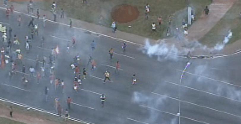 27.mai.2014 - Manifestantes e policiais militares entraram em confronto em Brasília na tarde desta terça-feira (27). Ativistas que protestavam contra a Copa do Mundo e índios se juntaram no protesto nas proximidades do estádio Mané Garrincha. O ato interrompeu o tour da taça do Mundial pela capital federal