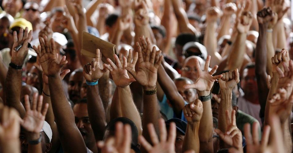 27.mai.2014 - Motoristas de ônibus fazem greve nesta terça-feira (27) em Salvador. Os trabalhadores se opõem ao acordo salarial fechado pelo sindicato da categoria com os empresários nesta segunda (26). A paralisação afeta cerca de 1,1 milhão de usuários do sistema de transporte