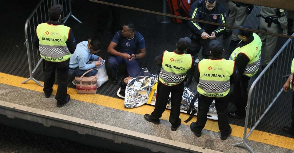 27.mai.2014 - Mulher é resgatada após ficar ferida na plataforma da linha 8-Diamante da estação Barra Funda da CPTM (Companhia Paulista de Trens Metropolitanos), na zona oeste de São Paulo, nesta terça-feira (27). De acordo com a CPTM, a passageira machucou o joelho na porta do trem e precisou ser atendida no Pronto Socorro Cachoeirinha, na zona norte