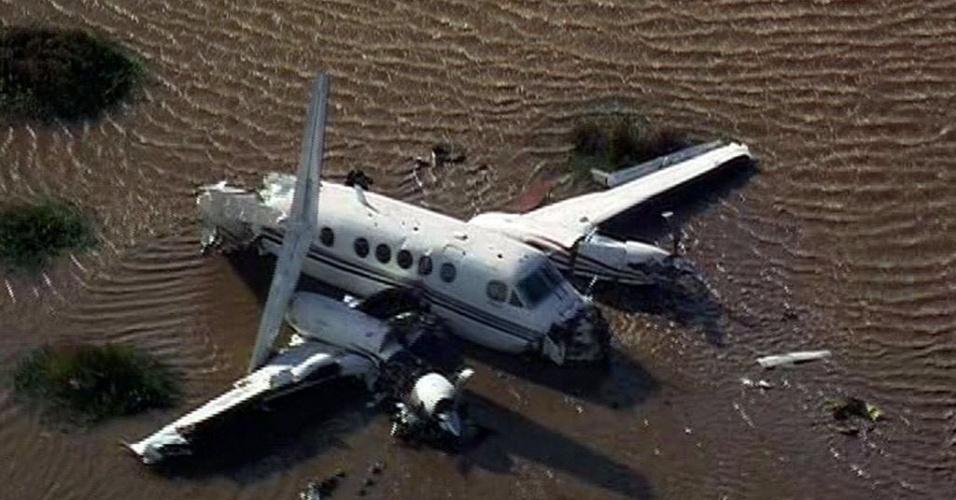 27.mai.2014 - O governo argentino confirmou que cinco pessoas morreram, nesta terça-feira (27), e outras quatro ficaram feridas após a queda de um pequeno avião nas águas do Rio da Prata, próximo do litoral do Uruguai