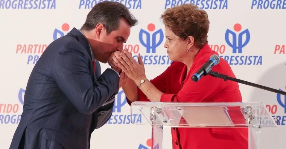27.mai.2014 - O senador Ciro Nogueira (PP-PI) beijou a mão da presidente Dilma Rousseff nesta terça-feira (27) no Clube do Golfe, em Brasília. O encontro selou o apoio do partido do deputado federal Paulo Maluf (SP) à reeleição da petista